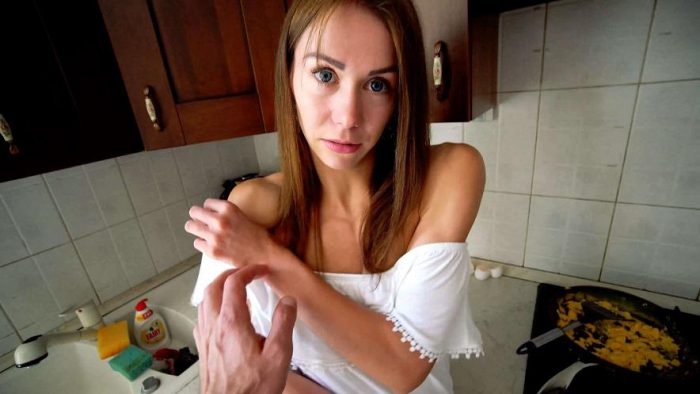 Mia Bandini - Seducing my step sister while she's cook